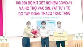 Ông Trần Bá Dương - Chủ tịch HĐQT Thaco (đầu tiên bên trái) trao 100.000 bộ kit xét nghiệm Covid-19, cho đại diện tỉnh Bến Tre