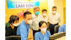 Thứ trưởng Nguyễn Trường Sơn dẫn đầu Đoàn Công tác của Bộ Y tế thăm, kiểm tra tại Trung tâm Hồi sức tích cực người bệnh Covid-19 của BV ĐH Y dược TPHCM