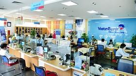 Khách hàng đang giao dịch tại Vietinbank