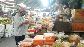 Người dân mua hàng tại chợ Bà Chiểu sáng 30-9