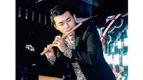 Đinh Nhật Minh trình diễn thổi sáo