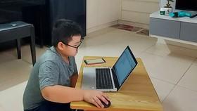 Cháu Nguyễn Đức Thanh bị kẹt dịch ở Gia Lai, hàng ngày ôm máy tính học và chơi game, khiến phụ huynh lo lắng