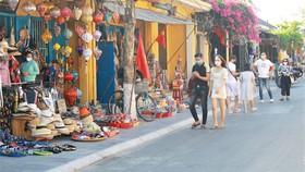 Du lịch tại TP Hội An  (tỉnh Quảng Nam) có  tín hiệu khởi sắc trở lại khi đã có khách du lịch vào cuối tuần. Ảnh: NGUYỄN CƯỜNG