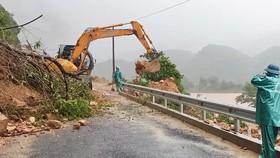 Lực lượng chức năng tiến hành khắc phục sạt lở trên tuyến tỉnh lộ 588A  đoạn qua địa bàn huyện Đakrông (tỉnh Quảng Trị. Ảnh: NGUYỄN HOÀNG