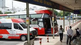 Nhiều nhà xe tại Bến xe miền Đông đang chờ thông tuyến. Ảnh: QUỐC HÙNG