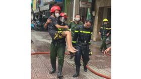 Hình ảnh cảnh sát PCCC giải cứu nạn nhân trong vụ cháy tại quận 4 khiến nhiều người xúc động