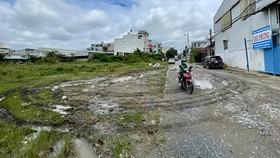 Khoảng 200m cuối đường Tân Thới Nhất 1B phường Tân Thới Nhất (quận 12, TPHCM)  dẫn vào  khu tái định cư 38ha chưa được hoàn thiện. Ảnh: HOÀNG HÙNG