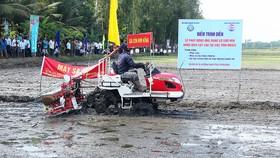 Gieo sạ lúa bằng máy tại tỉnh Hậu Giang