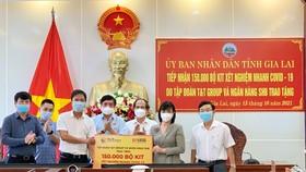Đại diện T&T Group và SHB trao tặng 150.000 bộ kit xét nghiệm nhanh Covid-19 cho đại diện lãnh đạo tỉnh Gia Lai