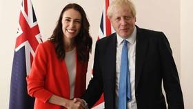 Thủ tướng Anh Boris Johnson (trái) và người đồng cấp New Zealand Jacinda Ardern.