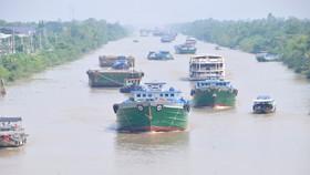 Phương tiện thủy  lưu thông trên kênh Chợ Gạo, tỉnh Tiền Giang. Ảnh: CAO THĂNG
