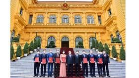 Chủ tịch nước Nguyễn Xuân Phúc và các Đại sứ mới được bổ nhiệm. Nguồn: VGP