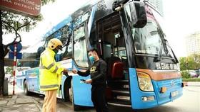 Tuần tra, kiểm soát đối với xe khách trên đường Phạm Hùng, quận Cầu Giấy. (Ảnh: Doãn Tấn/TTXVN)