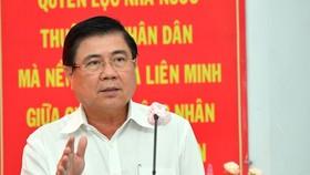 Chủ tịch UBND TPHCM Nguyễn Thành Phong tiếp xúc cử tri quận 1. Ảnh: VIỆT DŨNG