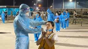 Lấy mẫu xét nghiệm cho công nhân tại KCN Vân Trung. Ảnh: SKĐS