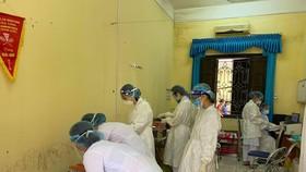 Lực lượng y tế nhiều bệnh viện hỗ trợ Bắc Giang lấy mẫu xét nghiệm sàng lọc tại các KCN. Ảnh: SKĐS