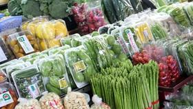 Rau củ, thực phẩm, hàng thiết yếu tăng giá đang khiến bữa cơm của người lao động khó khăn hơn. Ảnh: T.Yên