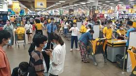 Khách hàng mua sắm tại E-mart (Q.Gò Vấp) dịp lễ 30-4 vừa qua - Ảnh: N.TRÍ