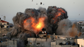 Không quân Israel không kích Dải Gaza. (Ảnh: Al Jazeera)