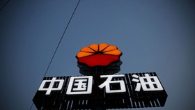 Logo của PetroChina được nhìn thấy tại trạm xăng ở Bắc Kinh