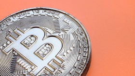 """Bitcoin được tạo ra vào năm 2008, nhưng """"cha đẻ"""" của nó đã rút khỏi dự án sau 3 năm. Ảnh: Bitcoin UK."""