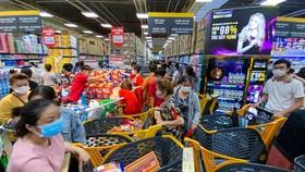 Nhiều người dân quận Gò Vấp tranh nhau đi mua thực phẩm trước thời điểm quận này phải thực hiện phong tỏa theo Chỉ thị 16. Annh3: Zing