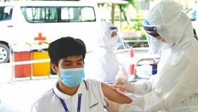 Tiêm vaccine cho công nhân khu công nghiệp.