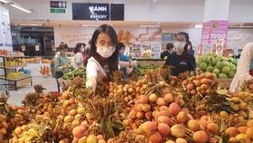 Lần đầu tiên, hệ thống các siêu thị cùng 6 sàn TMĐT cùng bắt tay tiêu thụ vải thiều. Vải Bắc Giang, Hải Dương được vận chuyển bằng máy bay vào TPHCM. Ảnh: H. Minh