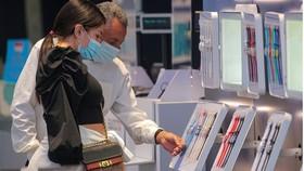 Các nhà đầu tư ngày càng lo ngại về giá tiêu dùng tăng. Những người mua sắm trong cửa hàng Swatch ở Quảng trường Thời đại của New York vào đầu tháng này. Ảnh: Reuters.