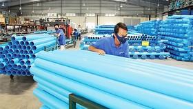 Giá nguyên liệu nhựa nhập khẩu tăng cao khiến DN choáng váng trong bối cảnh sức mua đang đi xuống. Ảnh: Báo hải quan.