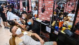 Hà Nội cho mở lại hàng ăn uống, gội đầu cắt tóc từ 0h ngày 22-6. Ảnh: VnExpress
