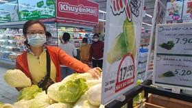 Việc cung ứng các mặt hàng nông sản như rau củ quả, lương thực, thịt gia súc và gia cầm, trái cây từ các tỉnh về TPHCM vẫn thông suốt. Người dân TPHCM không lo thiếu thực phẩm. Ảnh: H. Minh