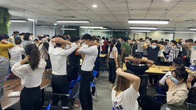 Cơ quan điều tra kiểm tra văn phòng Công ty TNHH MTV ANT Group có cả trăm nhân viên tại quận Cầu Giấy, Hà Nội. Ảnh: Công an Hải Phòng