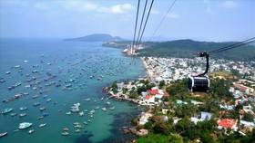 Cáp treo Hòn Thơm - Phú Quốc là cáp treo vượt biển dài nhất thế giới, thu hút đông đảo du khách đến tham quan, giải trí.  Ảnh: Báo Lao động