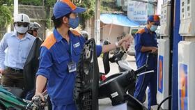 Sau 3 tháng tăng liên tiếp, giá xăng giảm lần đầu với mức giảm hơn 100 đồng/lít.