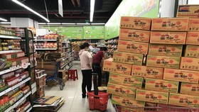 Mì gói trên các kệ hàng của siêu thị, cửa hàng tiện lợi đã không còn dồi dào như trước thời điểm TPHCM giãn cách xã hội chống dịch. Ảnh: H. Minh