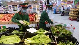 Chiến sĩ hối hả đi siêu thị mua thực phẩm giúp dân