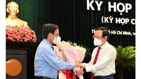 Bí thư Thành ủy Nguyễn Văn Nên chúc mừng Chủ tịch UBND TPHCM Phan Văn Mãi. Ảnh: Việt Dũng