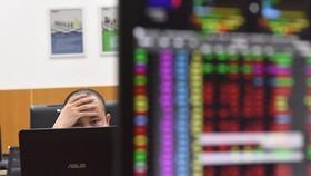 Nhà đầu tư dễ bị mất tiền nếu lỡ đu đỉnh theo các cổ phiếu đã tăng cao. Ảnh: Ngọc Thắng