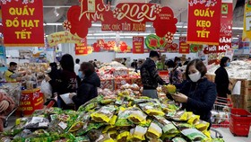 Việc mua sắm Tết Nhâm Dần được dự báo sẽ bắt đầu từ cuối tháng 11, do người dân lo ngại dịch bệnh, hàng hóa vận chuyển khó khăn, đứt gãy nguồn cung...