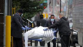 Các nhân viên vận chuyển một thi thể bên ngoài bệnh viện ở Brooklyn. (Ảnh: Reuters)