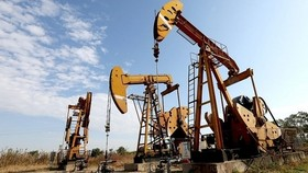 Giá xăng dầu hôm nay 4/4: Đồng loạt tăng vọt