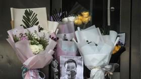 Di ảnh bác sỹ Lý Văn Lượng tại sảnh bệnh viện Trung ương Vũ Hán. (Ảnh: Getty Images)