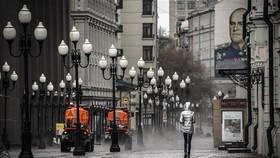 Khử trùng đường phố tại Moskva, Nga nhằm ngăn dịch COVID-19 lây lan, ngày 14/4/2020. Ảnh: AFP/TTXVN