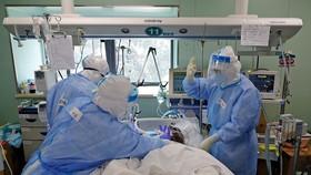 Nhân viên y tế chăm sóc một bệnh nhân Covid-19 tại tỉnh Hồ Bắc của Trung Quốc vào tháng trước. ẢNH: SHEN BOHAN / XINHUA / ZUMA