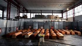 Một hình ảnh cho thấy 35 quan tài được lưu trữ trong một nhà kho ở Ponte San Pietro, gần Bergamo, Lombardy, Italy, vào ngày 26 tháng 3 năm 2020, trước khi được vận chuyển đến một khu vực khác để được hỏa táng trong đại dịch COVID-19. (Ảnh: © PIERO CRUCIAT