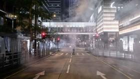 Một con đường trống trên khu mua sắm của Hồng Kông được bao phủ bởi hơi cay, hình ảnh vào tháng 11 năm 2019. © LightRocket / Getty Images