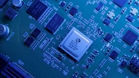 Một chipset Kunpeng 920 được thiết kế bởi công ty con HiSilicon của Huawei được trưng bày tại trụ sở của Huawei Technologies ở Thâm Quyến, Trung Quốc. © Reuters HIDEAKI RYUGEN