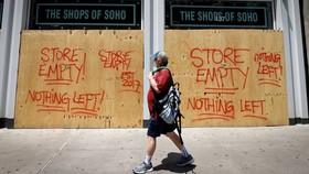 Các cửa hàng vẫn ở trên đường vào những ngày ở Broadway sau khi cướp bóc trong khu vực trong các cuộc biểu tình chống lại cái chết trong sự giam giữ của cảnh sát tại thành phố Minneapolis của George Floyd, tại thành phố New York vào ngày 10 tháng 6 © Reut