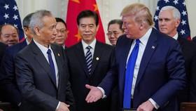 """Tổng thống Hoa Kỳ Donald Trump và Phó Thủ tướng Trung Quốc Lưu Hạc đồng ý về thỏa thuận thương mại """"giai đoạn một"""" tại Nhà Trắng vào ngày 15 tháng 1. Cuộc chiến thương mại đã gây thiệt hại cho chương trình bảo hiểm xã hội của Trung Quốc khi đóng góp của c"""